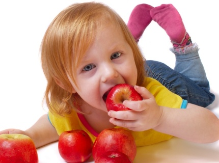 kids-eatign-apple